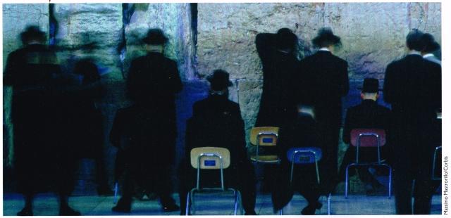 Soffrire per la religione.  In tutto il mondo esistono riti religiosi che richiedono un considerevole dispendio di tempo o un sacrificio personale. Gli ebrei ortodossi trascorrono ogni giorno ore in preghiera presso il Muro del pianto di Gerusalemme ...