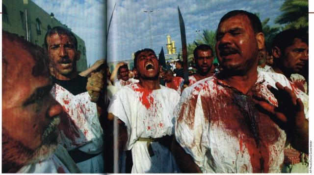 Fede estrema.  I musulmani sciiti di Karbala, in Iraq, si feriscono con spade e catene nell'anniversario del martirio di Husain, nipote del Profeta. Il rito era stato vietato durante il regime di Saddam Hussein.