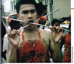 """... """"Durante il festival vegetariano di Phuket, in Thailandia, i «soldati di dio», buddisti di origine cinese compiono atti di autolesionismo, fra cui aspergersi con olio bollente, camminare su carboni ardenti e perforarsi con oggetti appuntiti"""" ..."""